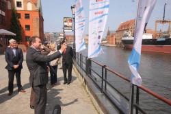Minister Stanisław Gawłowski, wystrzałem z pistoletu startowego, dał uczestnikom Programu sygnał do wypłynięcia w pierwszy w tym roku rejs.