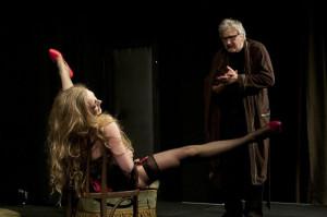 Zapomnianego artystę sceny czeka trudna konfrontacja ze współczesnymi formami reklamy... (na zdjęciu Alicja Drzewiecka i Andrzej Baranowski).