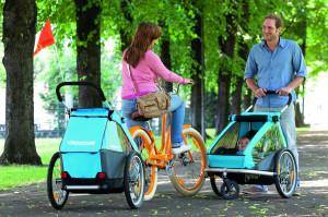 Przyczepki rowerowe z podróżującymi w nich dziećmi to coraz częstszy widok.