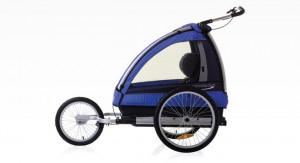 Przyczepkę rowerową łatwo można zamienić w wózek. To wygodne i praktyczne dla aktywnych rodziców, którzy mogą w ten sposób jeździć z dzieckiem choćby na rolkach.