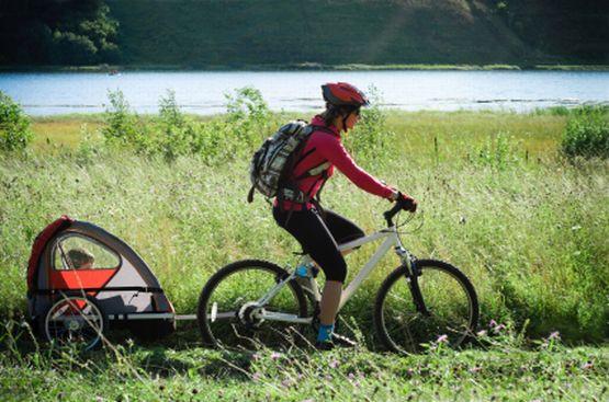 Rowerowe przejażdżki z dzieckiem mogą okazać się świetną rozrywką zarówno dla dziecka jak i dorosłego. Zobacz, gdzie w Trójmieście możesz kupić lub wypożyczyć dziecięcą przyczepkę rowerową.