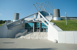 ...dwukrotnie mniejszą Halą Gdynia znajdującą się przy ul. Kazimierza Górskiego.