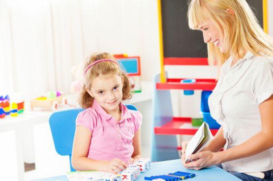 Rozwój mowy dziecka to kwestia indywidualna, u jednych mowa pojawia się szybciej, u innych nieco później. Są jednak sygnały, które powinny obudzić czujność rodzica.