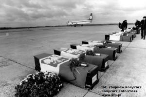 Trumny z ciałami polskich marynarzy, którzy zginęli na Morzu Śródziemnym podczas katastrofy statku M/S Kudowa Zdrój. Do kraju dotrały samolotem, który wylądował na lotnisku w Rębiechowie.