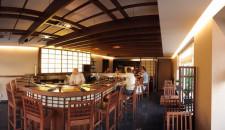W Hashi Sushi sercem lokalu jest kaiten bar z fosą, w której między łódkami z sushi, pływają karasie.