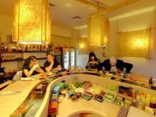 W Domu Sushi panuje familijna atmosfera. W lokalu nie ma tradycyjnych stolików, goście zasiadają przy barze.