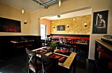 Przytulne wnętrza lokalnej restauracji Hito Sushi na osiedlu Nowy Horyzont przyciągają nie tylko okolicznych mieszkańców.