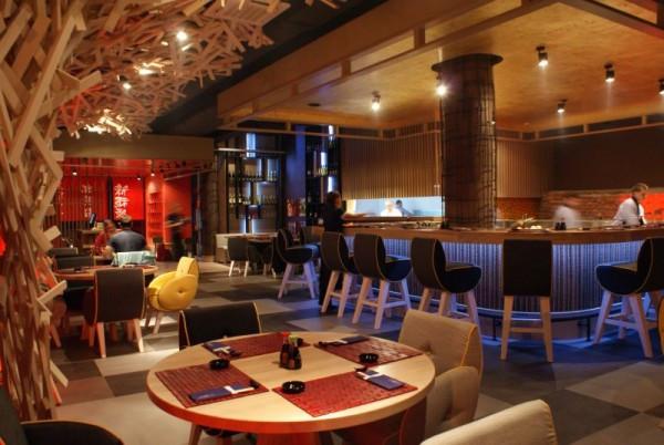 W przestronnej restauracji Mito Sushi uwagę przyciąga drewniana instalacja imitująca japoński krzew.
