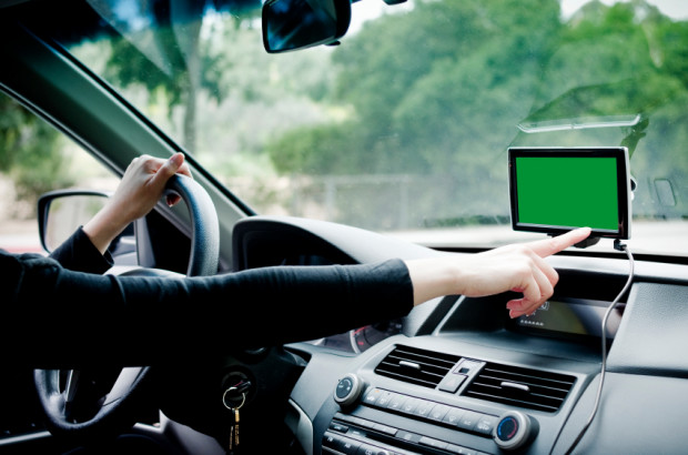 Warto pamiętać o bezpieczeństwie i programowanie celu podróży wykonywać zawsze na postoju, podobnie jak podłączenie telefonu do nawigacji jako zestawu głośnomówiącego.