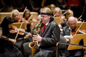 Holenderski saksofonista Arno Bernkamp brawurowo wykonał Koncert saksofonowy Aleksandra Głazunowa oraz wraz z dwiema swoimi studentkami zasilił szeregi orkiestry podczas wykonania Suity jazzowej nr 1 Szostakowicza.