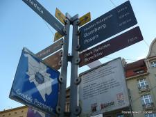 W środku ciężkości Poznania stanął słup wyznaczający drogi oraz ich długości w kierunku najważniejszych punktów miasta, m.in. Ratusza, Katedry Poznańskiej.