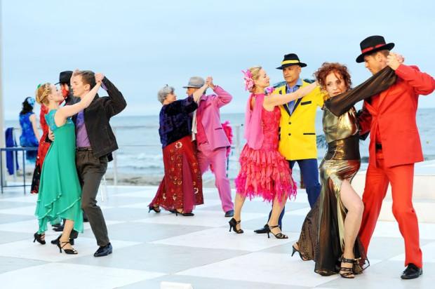 """Spektakl """"W kręgu namiętności - Tango Piazzolla"""" inauguruje 18 edycję Sceny Letniej na plaży w Gdyni Orłowie. Scena czynna będzie od 29 czerwca aż do 15 września."""