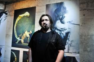 Bunkier stawia nie tylko na imprezy, ale przede wszystkim prezentację sztuki. Nz. grafik Jarek Kubicki, którego wystawę można oglądać w sali galeryjnej klubu