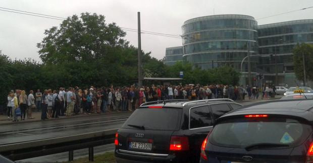 Pasażerowie SKM czekają w Redłowie na komunikację zastępczą, kóra zawiezie ich na stację w Orłowie. Po ulewie zamknięto tory między tymi stacjami, ponieważ rzeka Kacza podmyła konstrukcję mostu.
