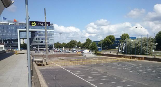 Olivia Business Centre, gdzie mieści się siedziba Grupy Energa ogrodzono barierkami.