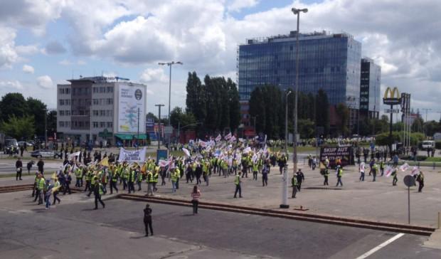 Manifestanci przed Halą Olivia.