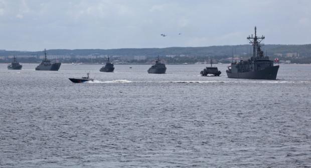 Okręty podczas niedzielnej parady były widoczne z dalekiej odległości.