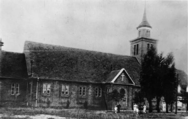 Tak kościół św. Stanisława Biskupa Męczennika wyglądał w okresie międzywojennym.