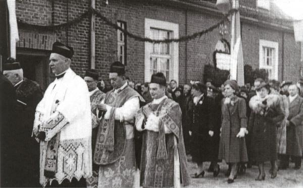 Jubileusz 25-lecia kapłaństwa ks. Bronisław Komorowskiego (drugi duchowny od prawej strony). Zdjęcie wykonano na początku kwietnia 1939 r.