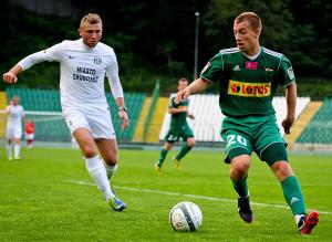 Paweł Buzała (z prawej) przeciwko Olimpii zdobył już swoją czwartą bramkę w letnich sparingach.