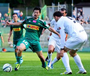 Umiejętności Daisuke Matsui (z lewej) przypadły do gustu kibicom biało-zielonych. Gdy Japończyk opuszczał boisko, zegnały go gromkie brawa.