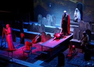 """Spektakl """"Każdy musi kiedyś umrzeć Porcelanko, czyli rzecz o Wojnie Trojańskiej"""" w reżyserii Agaty Dudy-Gracz - zdobywcę Złotego Yoricka zobaczyć będzie można we wtorek 6 sierpnia na Dużej Scenie."""