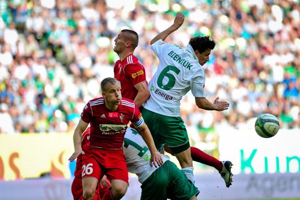 Gol Jarosława Bieniuka dał Lechii prowadzenie w meczu z Hapoelem. Niestety, biało-zielonym zabrakło sekund, by utrzymać je do końca meczu.