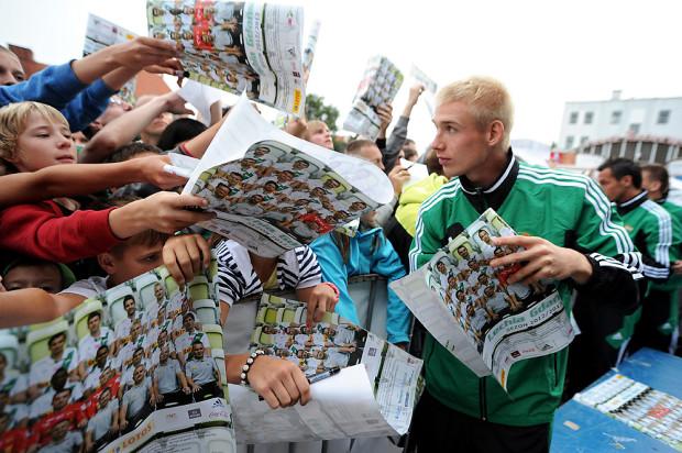 Przed rokiem na Targu Węglowym piłkarze biało-zielonych mieli ręce pełne roboty przy rozdawaniu autografów. Przedsezonowy zastrzyk energii od kibiców w niedzielę przyda im się tym bardziej, iż na skutek reformy ekstraklasy w nowych rozgrywkach czeka ich więcej meczów niż dotychczas.