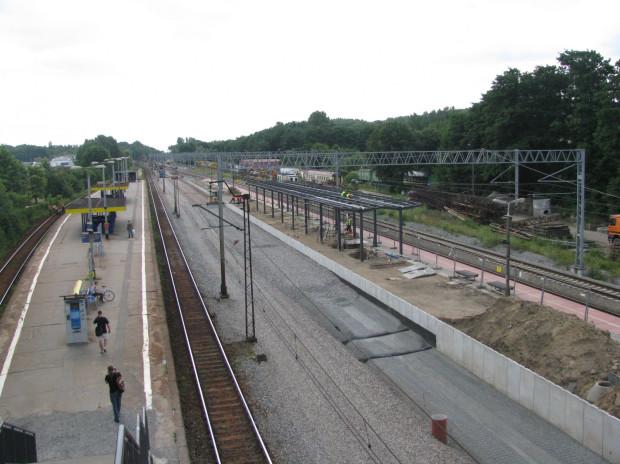 Widok ogólny na peron dalekobieżny w Orłowie. Tu brakuje wciąż wschodniego toru, po którym mogłyby pojechać pociągi do Gdyni.