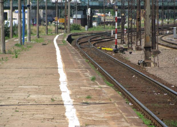 Krawędź peronu we Wrzeszczu.