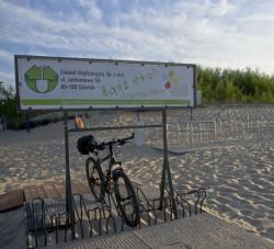 Dla każdego, kto przyjedzie na plażę rowerem, czeka stojak.