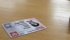 W Polsce podstawowymi dokumentami potwierdzającymi tożsamość są dowody osobiste oraz paszporty. Jednak w praktyce, w tym celu powszechnie stosowane są np. prawa jazdy, książeczki wojskowe lub nawet karty płatnicze.
