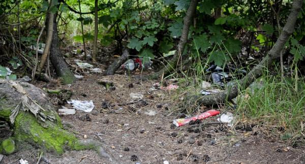 Na skwerze prócz śmieci pojawiały się także materace, na których leżeli amatorzy alkoholu.