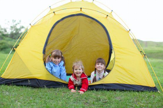 Wakacje pod namiotem nawet z małymi dziećmi to nie problem. Trzeba tylko dobrze się spakować.
