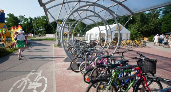 Ogromna liczba rowerzystów w pasie nadmorskim nie dziwi. Od kilku lat rozbudowywana jest tam infrastruktura rowerowa.