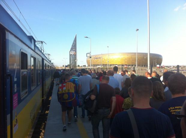 Kibice, by dojechać na stadion, najczęściej korzystają z usług SKM.