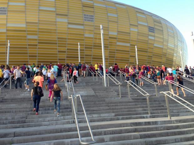 Kibice donoszą, że są problemy z wejściem na stadion.