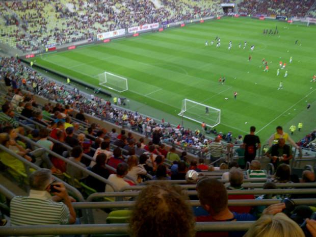 Stadion wypełnia się kibicami. Żartują, że by utrudnić zadanie Barcelonie, będą mogli strzelać do dwóch bramek jednocześnie.