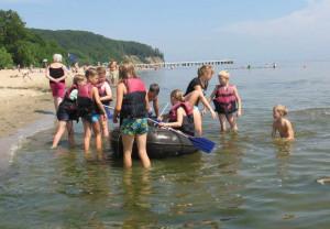 Nauka pływania kajakiem lub pontonem może okazać się dla dziecka ciekawą formą spędzenia wolnego czasu.