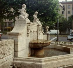 Secesyjna fontanna na rogu Jaśkowej Doliny i al. Grunwaldzkiej.