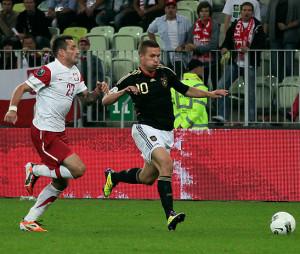 We wrześniu 2011 roku polscy piłkarze zremisowali w Gdańsku z Niemcami, choć byli blisko zwycięstwa. Na zdjęciu Marcin Wasilewski i Lukas Podolski.