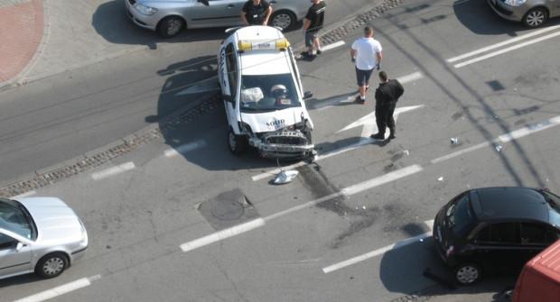 To skutki wypadku, który wydarzył się w pierwszych dniach sierpnia. Dwie osoby ranne zostały odwiezione do szpitala.