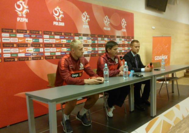 Zdaniem trenera Waldemara Fornalika (w środku) gdyby nie błędy w defensywie, polska kadra miałaby dziś więcej punktów w eliminacjach mistrzostw świata. Czy skuteczniejszą grę w obronie zobaczymy już w środę na PGE Arenie w meczu przeciwko Duńczykom?