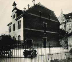 Gmach Poczty Polskiej przy Dworcu Głównym.