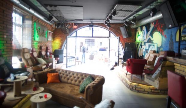 Cooltura to klub muzyczny, gdzie usiądziemy m.in. na fotelach samochodowych.