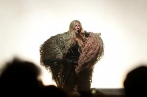 Szwedzka wokalistka iamamiwhoami dała krótki, ale intensywny występ z pogranicza imprezy z muzyką klubową i ekscentrycznego spektaklu teatru tańca.