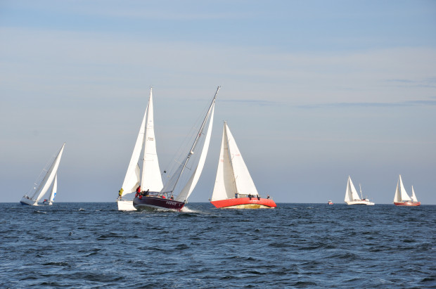 Żeglowanie plażowe zakłada pływanie nie dalej niż dwie mile morskie, czyli 3,7 km od brzegu na łódkach do 7,5 metrów długości.