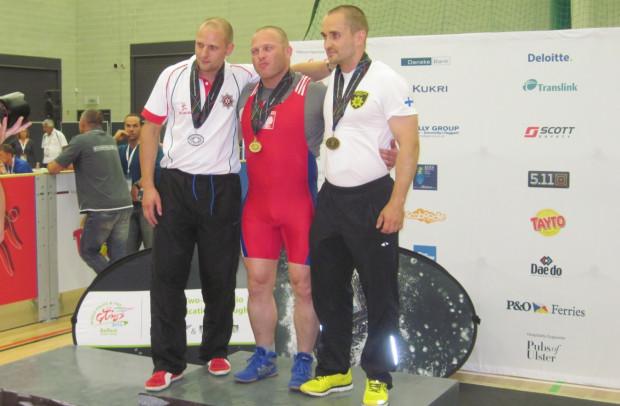 Mariusz Marciniak (w środku) jako strażak na co dzień zmaga się z różnymi niebezpieczeństwami. W wolnym czasie ciężko trenuje i w wieku 33 lat może pochwalić się złotym medalem igrzysk mundurowych w wyciskaniu sztangi leżąc oraz tytułem amatorskiego mistrza kraju w MMA.
