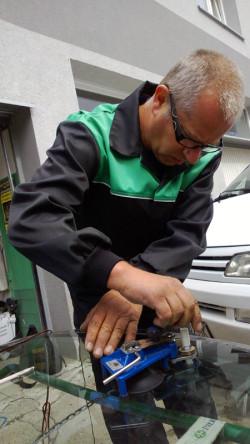 W krótkim czasie możemy też naprawić uszkodzenie szyby naszego pojazdu. Nie wymaga to jej demontażu, tę zdjęto dla celów pokazowych.