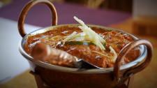 Dania mięsne zatopione w sosach podawane są w specjalnych kociołkach.